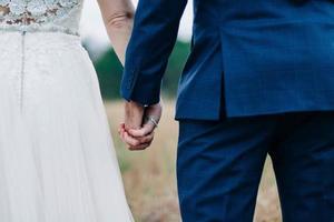 Nahaufnahme des Ehepaares Händchen haltend
