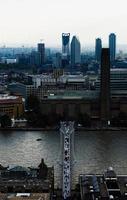 London, England, 2020 - Menschen, die auf einer Brücke gehen