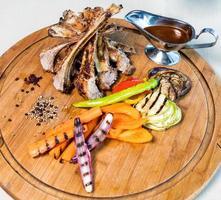 Kebabmahlzeit auf dem Holzteller foto