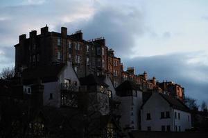 Edinburgh, Schottland, 2020 - Gebäude auf einem Hügel bei Sonnenuntergang foto