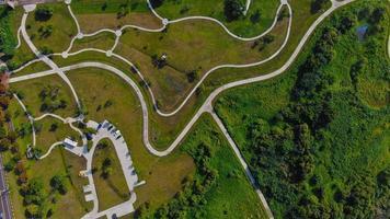 Luftaufnahme einer Straße und eines Parkplatzes auf einem Hügel foto