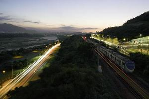 Zeitraffer von Fahrzeugen und Zügen in der Nacht
