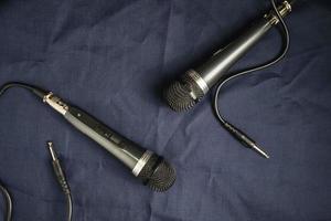 Paar Mikrofone auf dem Tisch foto