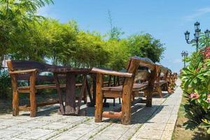 leere Holzstühle und Tische