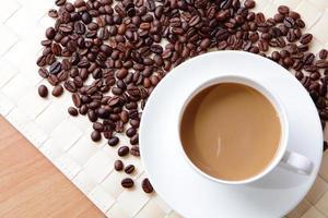 heißer Kaffee und Bohnen