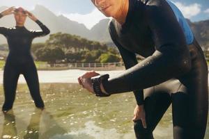 Athleten in Neoprenanzügen bereiten sich auf den Triathlon vor