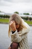 das Mädchen in Verzweiflung und Trauer gegen den Fluss foto