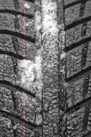 Autoreifenprofil mit Schnee und Regen foto