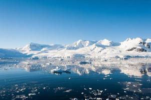 tolle Seelandschaft in der Antarktis foto