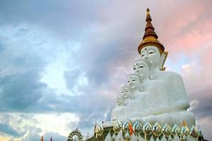 Buddha-Statuen vor dem Himmel in Wat Phra Thart Pha Kaew foto