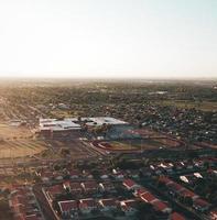 Luftaufnahme des Stadtbildes unter weißem Himmel