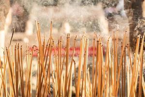 Räucherstäbchen, die an einem Vintage buddhistischen Tempel brennen foto