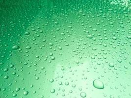 Nahaufnahme von Regentropfen auf einer durchscheinenden Oberfläche