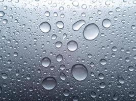 Nahaufnahme von Wasser auf einer durchscheinenden Oberfläche