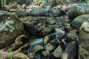 Bach am Pha Kluai Mai Wasserfall