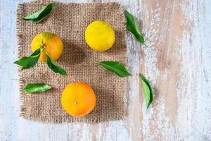 Orangenfrucht und Blätter auf dem Tisch