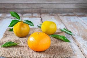 Orangenfrucht auf Holztisch
