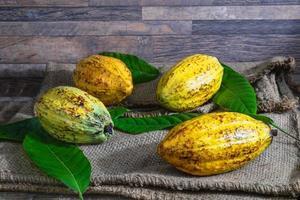 ganze Kakaofrucht auf braunem Sack