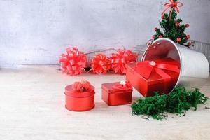 Weihnachtsgeschenke und Schleifen foto