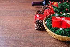 rote Geschenkbox in einem Korb zu Weihnachten