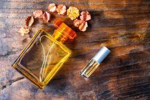 Parfümflaschen mit Blumen foto