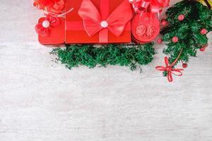rote Weihnachtsboxen mit Girlande