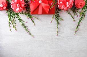 Weihnachtshintergrund und rote Geschenkbox mit Weihnachtsbaum foto