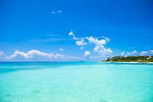 türkisfarbenes Wasser an einem tropischen Strand