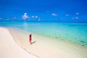 Luftaufnahme einer Frau, die auf einem Strand geht