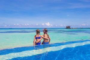 Malediven, Südasien, 2020 - zwei Mädchen in einem Schwimmbad auf einer tropischen Insel