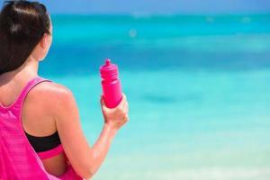 Frau hält Wasserflasche foto