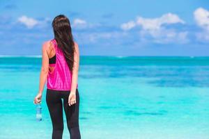 Frau in Trainingskleidung am Strand