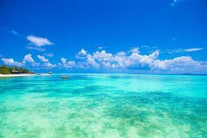Malediven, Südasien, 2020 - idyllisches türkisfarbenes Wasser mit einem Resort in der Ferne