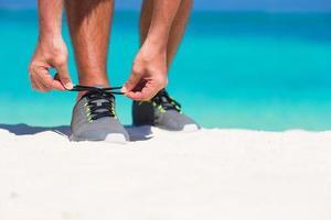 Nahaufnahme einer Person, die Schuhe bindet