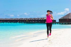 Malediven, Südasien, 2020 - Frau läuft auf einem Strandresort foto