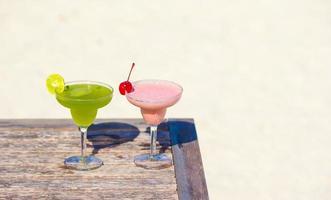 Cocktails auf einem Tisch am Strand foto