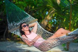 Frau, die sich in einer Hängematte entspannt foto