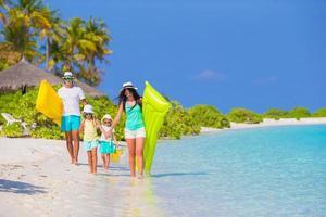 Familie, die Spaß am Meer hat foto