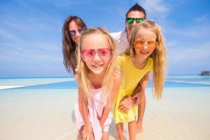Porträt einer Familie während der Sommerferien foto