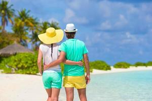 glückliches Paar an einem weißen Strand foto