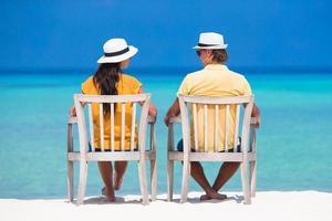 Paar sitzt am Strand foto
