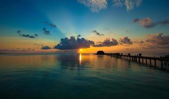 Malediven, Südasien, 2020 - bunter Sonnenuntergang auf einer tropischen Insel foto