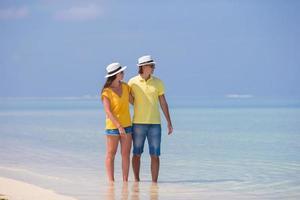 Paar genießt den Strand während des Tages