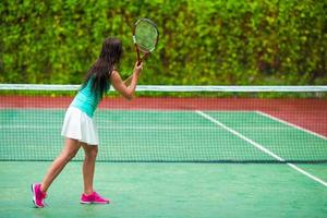 Sportlerin spielt Tennis foto