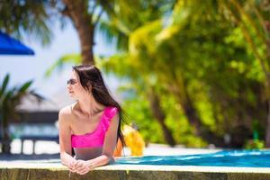Frau, die sich an einem tropischen Strand entspannt