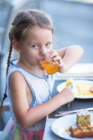 Mädchen trinkt Saft foto