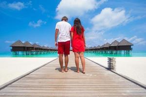 Malediven, Südasien, 2020 - Paar geht auf einem Strandsteg spazieren foto