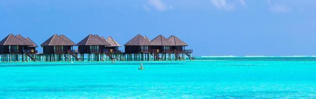 Malediven, Südasien, 2020 - Wasservillen auf einer tropischen Insel foto