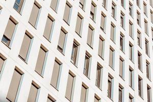 Nahaufnahme eines hohen Gebäudes mit vielen Fenstern foto