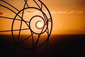 Silhouette der Drahtskulptur bei Sonnenuntergang